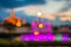 Suddig abstrakt bakgrund tänder, den härliga springbrunnframdelen av den kungliga thailändska templet Royaltyfri Bild