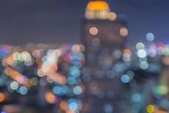 Suddig abstrakt bakgrund tänder med härlig Cityscapesikt Arkivfoto