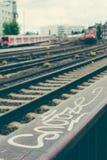 Suddig ankommen röd drevund rails framme av stadsstation hamburg Royaltyfria Foton