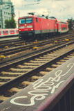 Suddig ankommen röd drevund rails framme hamburg Arkivbilder