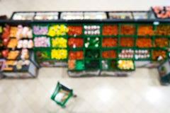 Suddig bakgrund av en supermarket i avdelningen av frukter och grönsaker fotografering för bildbyråer