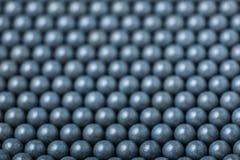 Suddig bakgrund av gråa airsoftbollar av 6mm Royaltyfri Foto