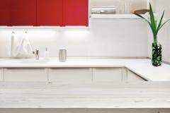 Suddig bakgrund av modernt kök med tabletop- och kopieringsutrymme royaltyfria bilder