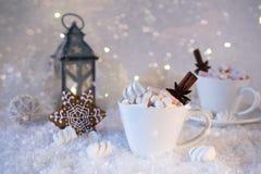 Suddig bakgrund av vinterfrost och julchoklad kryddar drycken med kakor i koppar fotografering för bildbyråer