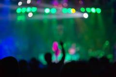 Suddig bakgrund: Bokeh belysning i utomhus- konsert med bifallåhörare fotografering för bildbyråer