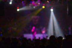 Suddig bakgrund: Bokeh belysning i utomhus- konsert med bifallåhörare royaltyfri fotografi