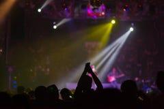 Suddig bakgrund: Bokeh belysning i utomhus- konsert med bifallåhörare arkivfoto
