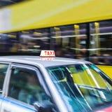 Suddig bakgrund för abstrakt cityscape med taxibilen Hong Kong Arkivfoto