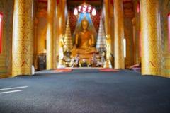 Suddig bakgrund för guld- Buddhastaty Arkivbilder