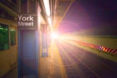 Suddig bakgrund för underjordisk station med ljus Royaltyfri Foto
