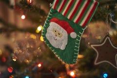 Suddig bakgrund, julgrangarnering Arkivbild