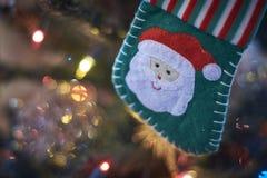 Suddig bakgrund, julgrangarnering Arkivfoton