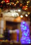 Suddig bakgrund som göras med julgranen och spisen Arkivfoto