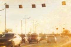 Suddig bakgrundsbro med biltrafik royaltyfri foto