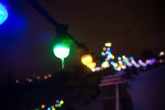 Suddig bild av den festively tända stadsgatan på julhelgdagsafton arkivfoton