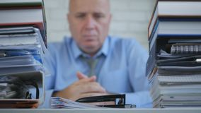 Suddig bild av den säkra affärsmannen Thinking Pensive i redovisningskontor royaltyfria foton