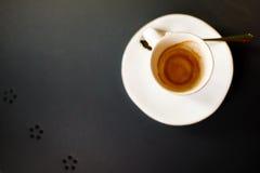 Suddig bild av den tomma kaffekoppen Arkivfoto
