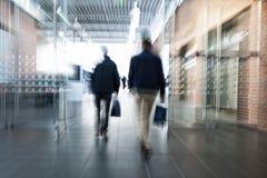 Suddig bild av folk i köpcentrum arkivbild