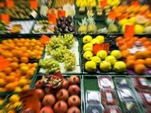 Suddig bild av frukter och grönsaker på en schaffhold i en trädgårds- marknad för naturligt och healty begrepp Royaltyfria Bilder
