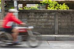 Suddig bild av medel som kör på gatan i Thailand (rörelse arkivfoto