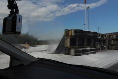 Suddig bild av vägen och polisen för sida för lastbilsnedstegolycka royaltyfri foto