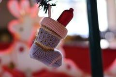 Suddig bild för bakgrund: Julsockor för gåvor Arkivfoto