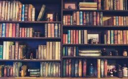 Suddig bild många gamla böcker på bokhyllan i arkiv Royaltyfri Bild