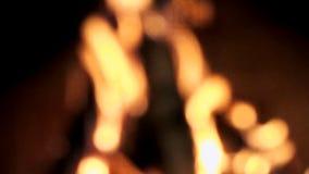 Suddig brandflamma på svart bakgrund Ut ur fokus stock video