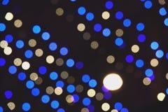 Suddig Defocused bild för abstrakt begrepp av nattljus med bakgrund för rörelsesuddighet royaltyfria bilder