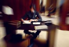 Suddig färgrik bakgrund av affärsmannen i lyxig inre Arkivfoton