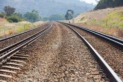 Suddig försvinnapunkt för parallella järnvägsspår Arkivbild