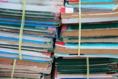 Suddig fokus med bunten av använda gamla böcker i skolaarkivet royaltyfri foto