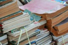 Suddig fokus med bunten av använda gamla böcker i skolaarkivet royaltyfria foton