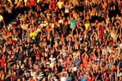 Suddig folkmassa av folk i en stadion Royaltyfri Bild