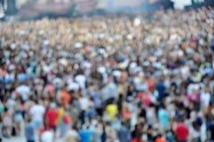 Suddig folkmassa på en konsert royaltyfri foto