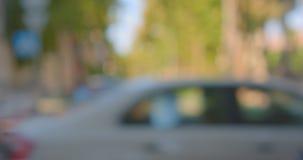 Suddig fors av stads- stadstrafik i den varma sommaren med bilar som flyttar sig på vägdagen stock video