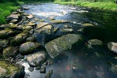 Suddig frysa blå flod för vår Arkivbild