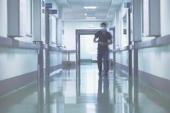 Suddig gå person i sjukhuskorridor arkivbild