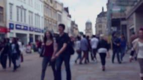 Suddig gataplats med folkmassor av shoppare arkivfilmer