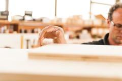 SUDDIG hand för RÖRELSE av en inredningssnickare Arkivfoton