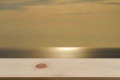 Suddig havs- & himmelsolnedgångbakgrund med tomt trä Royaltyfria Bilder