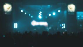 Suddig konsertfolkmassa på musikfestivalen Att dansa för folkmassafolk vaggar konsert stock video