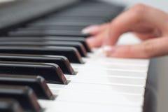 Suddig kvinnahand som spelar upp slut för synt för MIDI kontrollanttangentbord Royaltyfria Foton