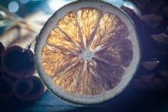 Suddig makro torkade orange och kanelbruna pinnar Arkivbilder