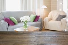 Suddig modern vardagsruminre i lantlig stil med stol, mjuk soffa abstrakt bakgrundsdesign Arkivfoto