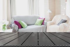 Suddig modern vardagsruminre i lantlig stil med stol, mjuk soffa abstrakt bakgrundsdesign Royaltyfri Bild