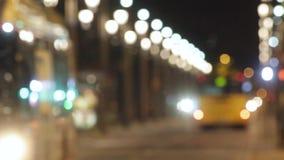 Suddig natttrafikplats med bussar i Barcelona lager videofilmer