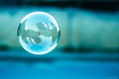 Suddig naturlig bakgrund med såpbubblan Arkivbild
