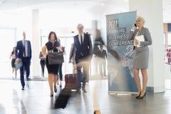 Suddig rörelse av affärsfolk som går i brådska på konventcentret Arkivfoto
