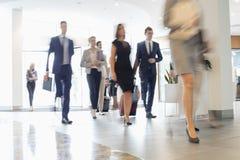 Suddig rörelse av affärsfolk som går på konventcentret Royaltyfri Foto